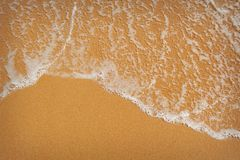 Perfect zandig strand in hete de zomerdag Royalty-vrije Stock Afbeeldingen