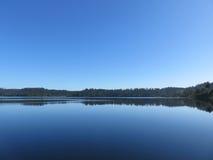 Perfectamente aún lago en Nueva Zelanda Foto de archivo