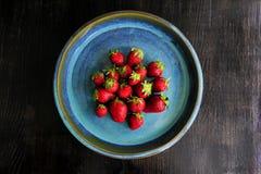 Perfecte Aardbeien op blauwe plaat Stock Afbeelding