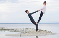 Perfecte acroyoga Het mooie jonge paar brengt in evenwicht Royalty-vrije Stock Afbeeldingen