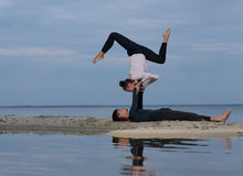 Perfecte acroyoga Het mooie jonge paar doet yoga Royalty-vrije Stock Fotografie