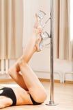 Perfecte Benen van slank meisje in strookschoenen op pool Royalty-vrije Stock Fotografie