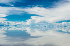 Perfecte bezinning in Salar de Uyuni stock foto