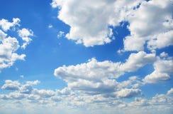Perfecte blauwe bewolkte hemel royalty-vrije stock foto