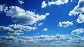 Perfecte blauwe bewolkte hemel stock foto