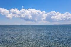 Perfecte blauwe hemel en het overzees Stock Afbeeldingen