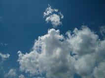 Perfecte blauwe hemel met witte wolken Royalty-vrije Stock Foto