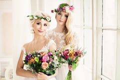 Perfecte Bruid twee Blondevrouwen met Bloemstuk Royalty-vrije Stock Foto's