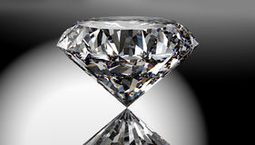 Perfecte die diamant op glanzende achtergrond met het knippen van weg wordt geïsoleerd Stock Foto