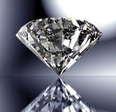 Perfecte die diamant op glanzende achtergrond met het knippen van weg wordt geïsoleerd Stock Foto's