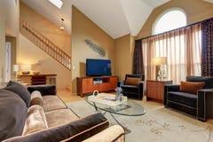 Perfecte familiewoonkamer met hardhoutvloer royalty-vrije stock afbeeldingen