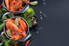 Perfecte gekookte garnalengarnalen met kruiden, kruiden royalty-vrije stock afbeeldingen