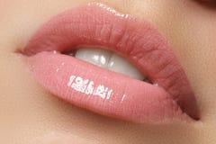 Perfecte glimlach Mooie volledige roze lippen en witte tanden Roze Lippenstift Polijst lippen Samenstelling & schoonheidsmiddelen stock foto's