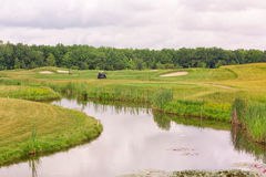 Perfecte golvende grond met groen gras op een golfgebied Stock Foto