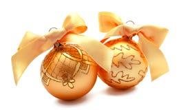Perfecte gouden Kerstmisballen met geïsoleerd lint Royalty-vrije Stock Afbeelding