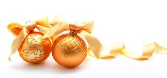 Perfecte gouden Kerstmisballen met geïsoleerd lint Royalty-vrije Stock Foto