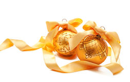 Perfecte gouden Kerstmisballen met geïsoleerd lint Stock Afbeelding