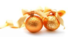 Perfecte gouden Kerstmisballen met geïsoleerd lint Stock Foto
