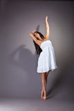 Perfecte jonge danser in witte doek Royalty-vrije Stock Foto's