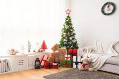 Perfecte Kerstboom met giften onderaan stock afbeeldingen