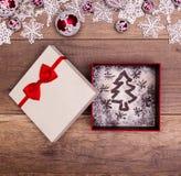 Perfecte Kerstmisgift - de tekening van de Kerstmisboom in huidige doos Stock Foto