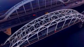Perfecte lijnen op de brug Geometrische nauwkeurigheid De vervoerbrug over de rivier Mooie overspannen brug stock footage
