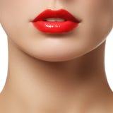 Perfecte Lippen dichte omhooggaand van de meisjesmond Jonge de vrouwenglimlach van de schoonheid Natuurlijke mollige volledi Stock Foto