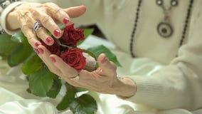 Perfecte manicure en rode rozen, langzame motie stock video