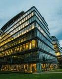Perfecte moderne bureaugebouwen bij schemer Stock Afbeeldingen