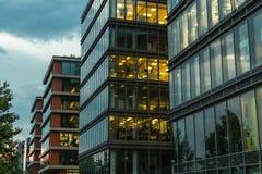 Perfecte moderne bureaugebouwen bij schemer Stock Fotografie
