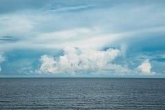 Perfecte oceaan en horizon blauwe de hemelachtergrond van de wolkenzomer stock afbeelding