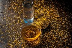 Perfecte remedie om constipatie op houten oppervlakte i te genezen e Het poeder van mosterdzaden met honing en water goed wordt g royalty-vrije stock fotografie