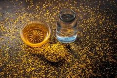 Perfecte remedie om constipatie op houten oppervlakte i te genezen e Het poeder van mosterdzaden met honing en water goed wordt g stock fotografie