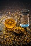 Perfecte remedie om constipatie op houten oppervlakte i te genezen e Het poeder van mosterdzaden met honing en water goed wordt g stock afbeelding