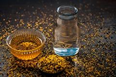 Perfecte remedie om constipatie op houten oppervlakte i te genezen e Het poeder van mosterdzaden met honing en water goed wordt g royalty-vrije stock afbeeldingen