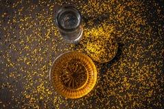 Perfecte remedie om constipatie op houten oppervlakte i te genezen e Het poeder van mosterdzaden met honing en water goed wordt g royalty-vrije stock foto