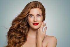 Perfecte rode haired vrouw Elegant roodharigemeisje met krullend kapsel Leuk meisje royalty-vrije stock afbeelding