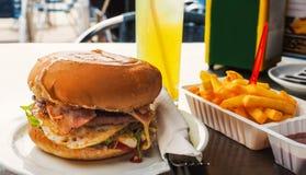 Perfecte rundvleeshamburger in een volledige maaltijd stock foto