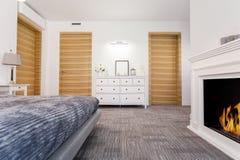 Perfecte slaapkamer met een open haard Royalty-vrije Stock Afbeeldingen