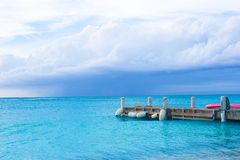 Perfecte strandpijler bij Caraïbisch eiland in Turken stock afbeelding