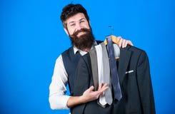 Perfecte stropdas Het winkelen concept Dienst van de winkel de hulp of persoonlijke stilist Stilistraad De aanpassing van stropda royalty-vrije stock foto