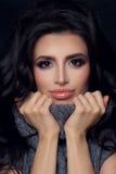 Perfecte Vrouw in Gebreide Sweater Manier M van het schoonheids de Donkerbruine Meisje Stock Afbeelding
