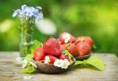 Perfecte zoete rijpe aardbeien op houten achtergrond Stock Afbeeldingen