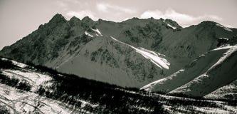 Perfection noire et blanche rocailleuse de crêtes de montagne de l'Alaska Photographie stock