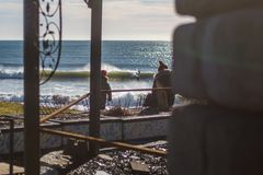 Perfectionnez la vague un jour ensoleillé avec le bohkeh de fond de premier plan photos stock