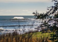 Perfectionnez la vague un jour ensoleillé avec le bohkeh de fond de premier plan photo stock