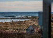 Perfectionnez la vague un jour ensoleillé avec le bohkeh de fond de premier plan photos libres de droits