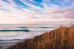 Perfectionnez les vagues dans l'océan Paysage avec les vagues et le ciel Image stock