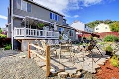 Perfectionnez meublé de retour le patio avec l'eau courante et le décor de jardin photographie stock libre de droits