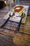 A perfeição do café do Tiramisu que convida acopla-se provado fotografia de stock royalty free